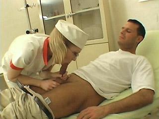 Nadržená zdravotní sestra Ivana vykouří spícího pacienta