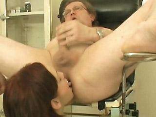 Extremě nadržená a zvrhlá zdravotní sestra v ordinaci